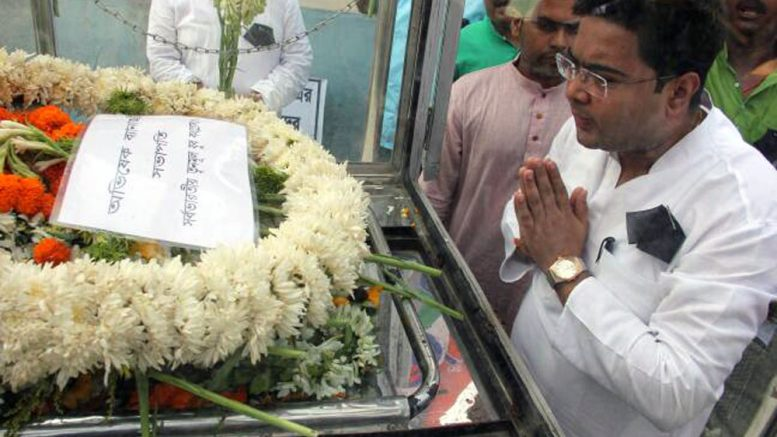 Abhishek Bandopadhyay paying tribute to deceased leader Dulal Biswas. Picture by Abhi Ghosh