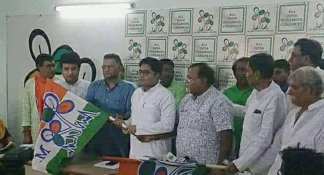 Trinamul MP Abhishek Bandopadhyay handing over party flag to Sankar Singh and Arindam Bhattacharyay in Kolkata
