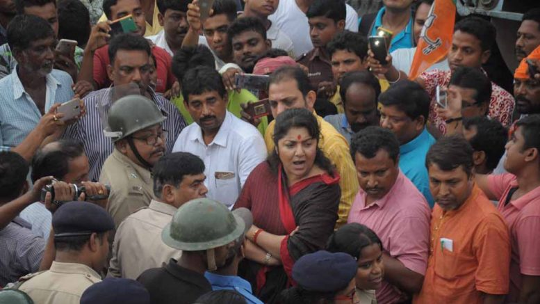 BJP leader Locket Chatterjee in argument with Police officers in Bethuadahari. Picture by Pranab Debnath