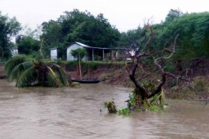 The eroded river bank in Sarati village adjacent to the Hemnagar primary school
