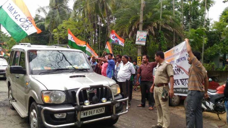 Trinamul workers demonstrating while Dilip Ghosh approaching