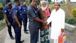 Mohammed Mamunur Rashid shakes hand with Moslem Munshi (in blue safari) while his father Mohammed Karim looks on before leaving Indian territory in Gede on Sunday