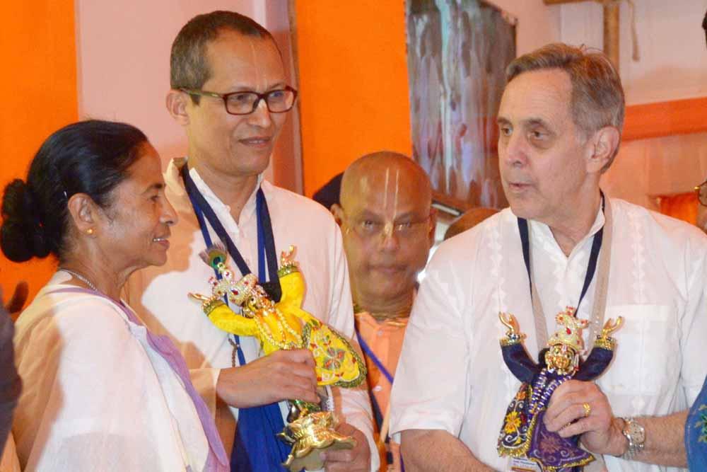 Mamata Banerjee speaking to Alfred Ford (Ambarish Das)