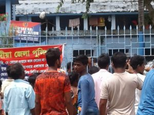 Victim's neighbors demonstrate at Chakdah PS