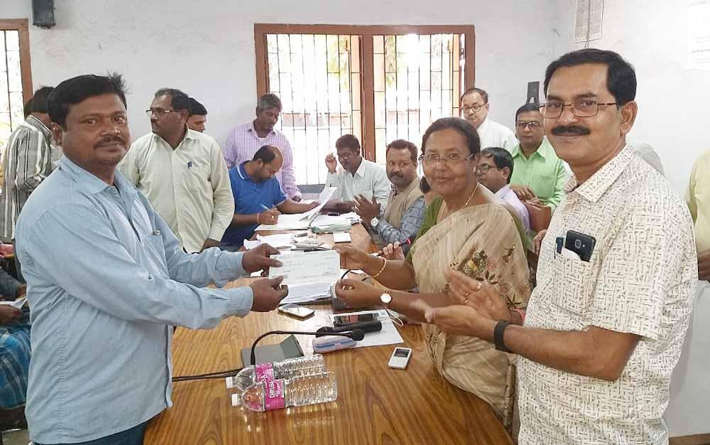 Farmers receiving cheques from MLA Nilama Nag and Nadia ZP member Chanchal Debnath