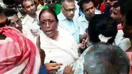 Senior Trinamul leaders Rikta Kundu and Sankar Singh speaking to angry party workers in Phulia Township
