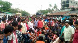 BJP supporters blocked railway tracks in Chakdah