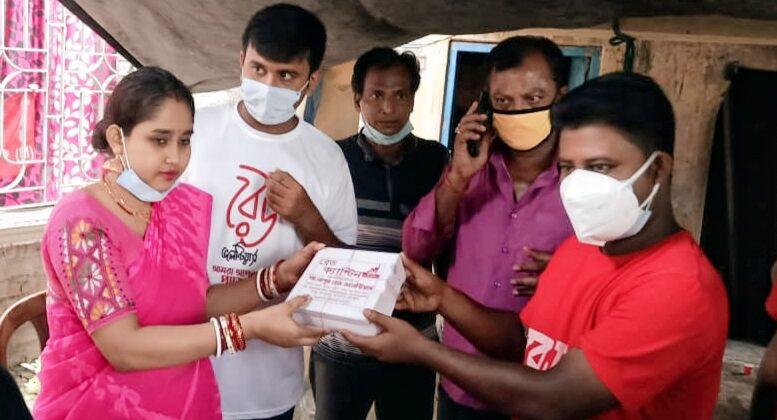 Moumita Mukherjee servicing food packets in Gangnapur on behalf of Red Volunteers